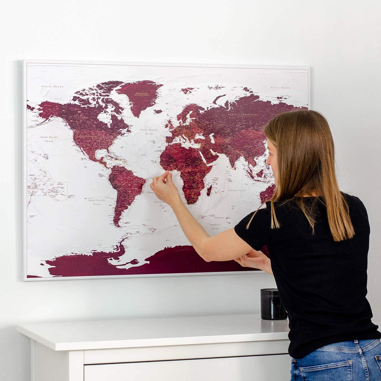 sieninis pasaulio zemelapis su smeigtukais ant drobes trip map