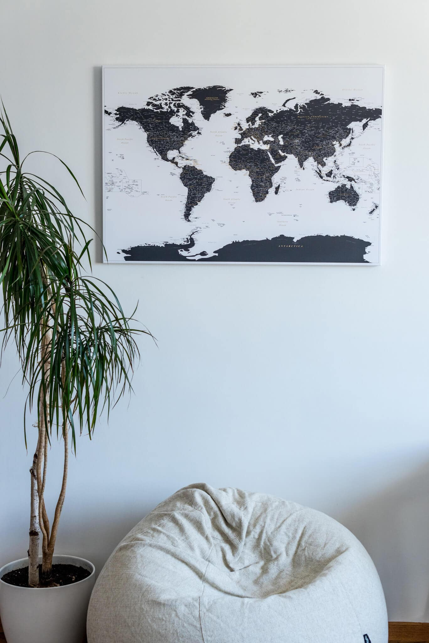 push-pin-white-and-black-world-map-wall-deco-
